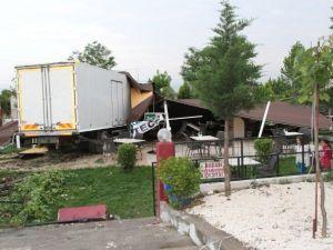 Akhisar'da Tekeri Patlayan Kamyon Düğün Salonuna Girdi: 2 Yaralı