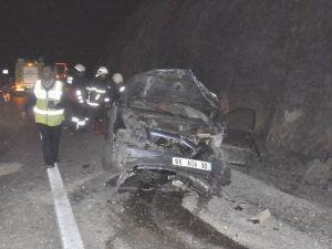 Otomobil Yol Kenarındaki Kayalıklara Çarptı: 1 Yaralı