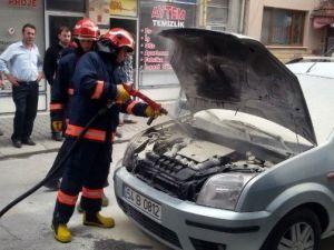 Seyir Halindeyken Alev Alan Otomobili Esnaf Söndürdü
