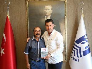 Şair Personel İlk Şiir Kitabını Başkan Kocadon'a Hediye Etti