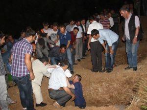 Eşi Tarafından Öldürülen Kadın Ve Çocukları Yan Yana Defnedildi