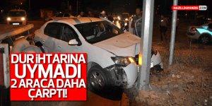 """""""Dur"""" ihtarına uymayan ehliyetsiz sürücü 2 otomobile çarptı"""
