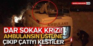 Ambulans yola sıkıştı, vatandaşlar çatıyı kesti!